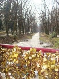slika most ljubavi-manifestacija poljubi me-za dan zaljubljenih u vrnjackoj banji